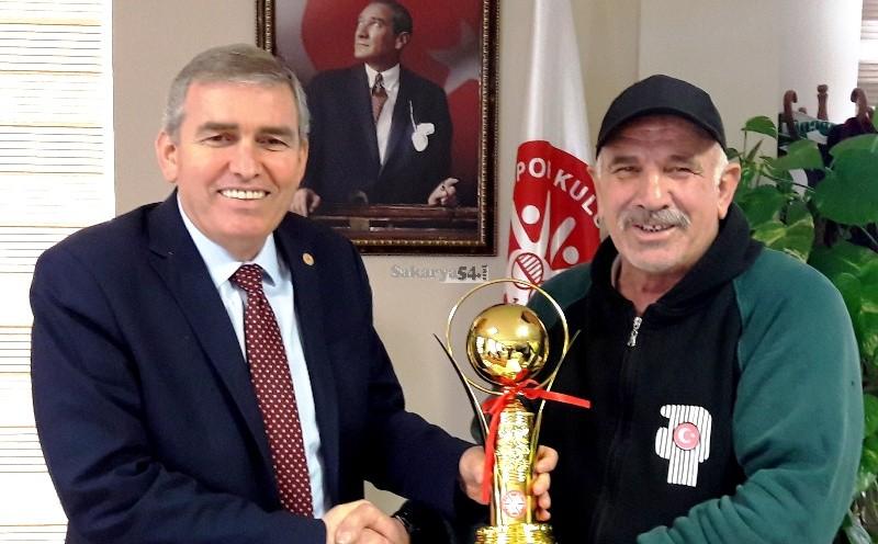 Ertuğrul Akgün ve sporcularını Yaşar  Zımba  ödüllendirdi