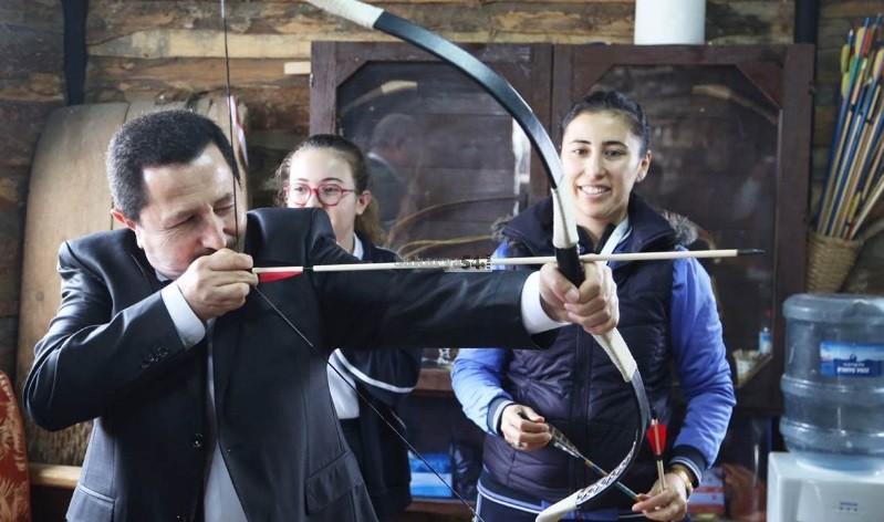 Vali İrfan Balkanlıoğlu Ok'u 12 'ye isabet  ettirdi