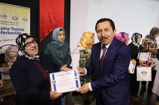 Vali Balkanlıoğlu Okuma Yazma Öğrenen Kursiyerlere Sertifikalarını Verd