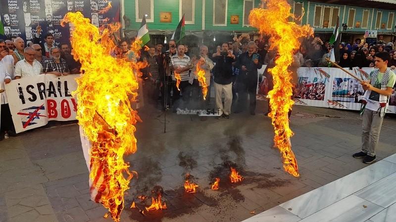 AKM önünde ABD ve İsrail bayrağı yaktılar