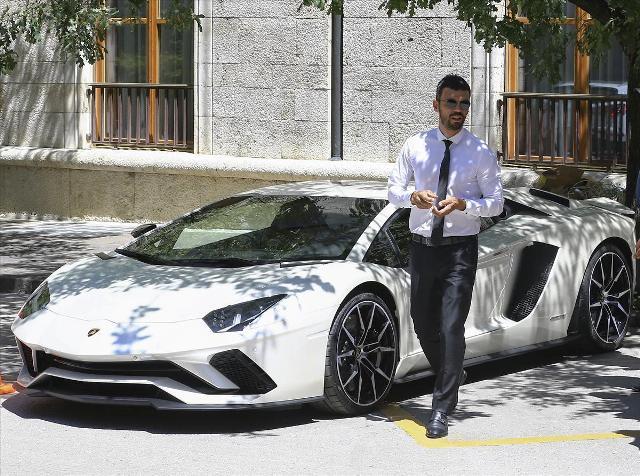 AK Partili Sofuoğlu Meclis'e Lamborghini ile geldi