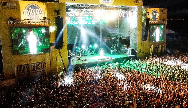 Zeytinli Rock Festivali Edremit Akçay sahilinde başladı