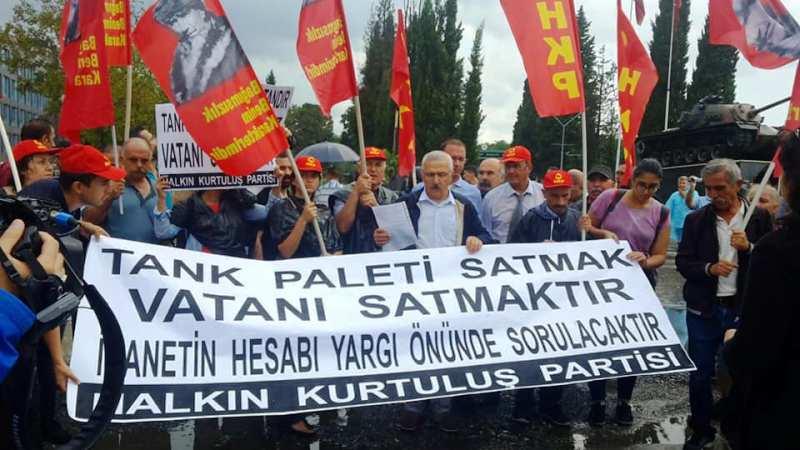 """HKP üyeleri """"Tank Paleti Satmak Vatanı Satmaktır"""" sloganları ile fabrikanın önüne yürüyüş yaptı."""