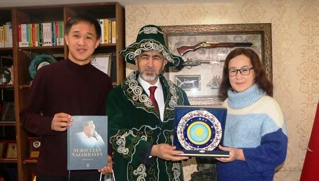 Kazakistan'lı Öğrencilerden, İl Müdürü Arif Özsoy'a Teşekkür Ziyareti