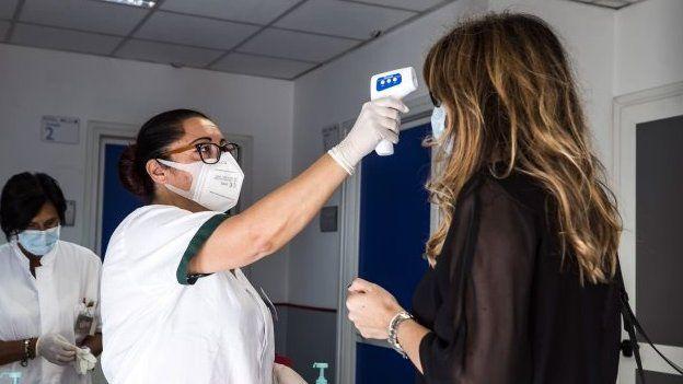 Koronavirüs: Ev dışında her yerde maske takmak zorunlu