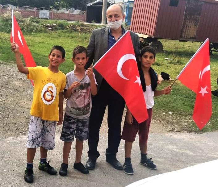 CHP Arifiye esnafa bayrak dağıttı