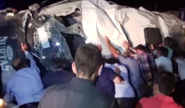 Yük Treni, işçi servisini biçti: Üç ölü, 13 yaralı