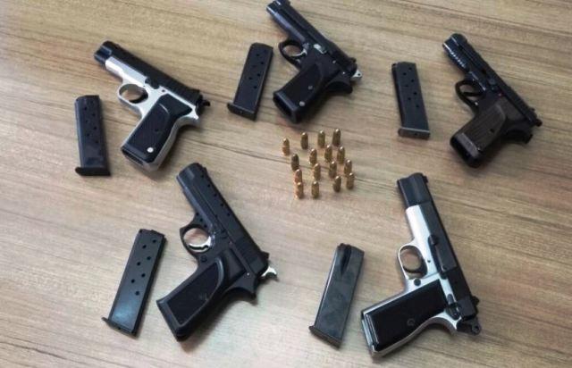 Hendek Jandarması  otobüs bagajında  5  silah  elegeçirdi
