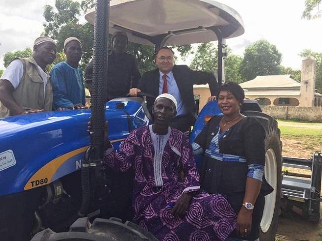 Kadın Bahçeleri Projelerine traktör ve ekipman desteği