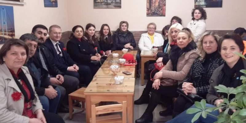 İYİ Parti Sakarya'da kadınlara karanfil dağıttı