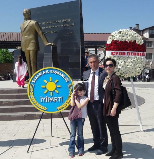 İYİ Parti Adapazarı  Atatürk Büstüne Çelenk Koydu