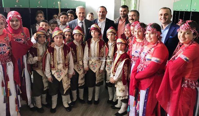 200 çocuk 'birliktelik' için söyledi  Bayrak çocukları dinledi