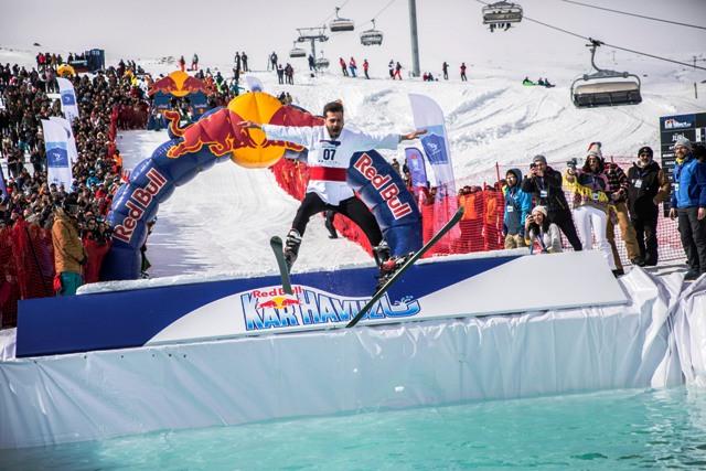 Erciyes'te buz gibi suya atladılar