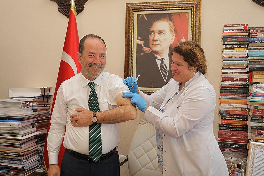 Edirne Belediye Başkanı Recep Gürkan'a aşı yapıldı