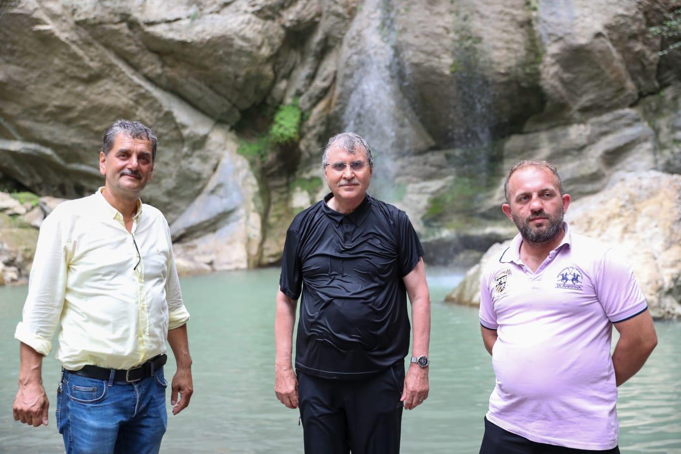 Ekrem YÜCE Sakaryamız'ın eşsiz güzelliklerinden GEYVE Maksudiye Su Düşen Şelalesi'nde.
