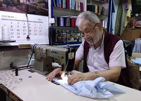 """Sıradışı Gömlekçi Niyazi Saygıner;"""" Gömlekçilikte 61. yılımı doldurdum"""""""